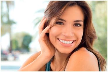 Mujer feliz y sonriente