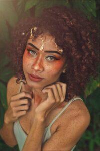 Lo ultimo en belleza, las pecas falsas que serán parte del maquillaje de mujer en verano.