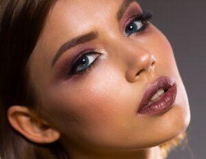 Uno de los maquillajes de moda es la sombra para ojos. Una de las novedades de maquillaje con las que sorprenderás a todos y crearás tendencia en maquillaje.