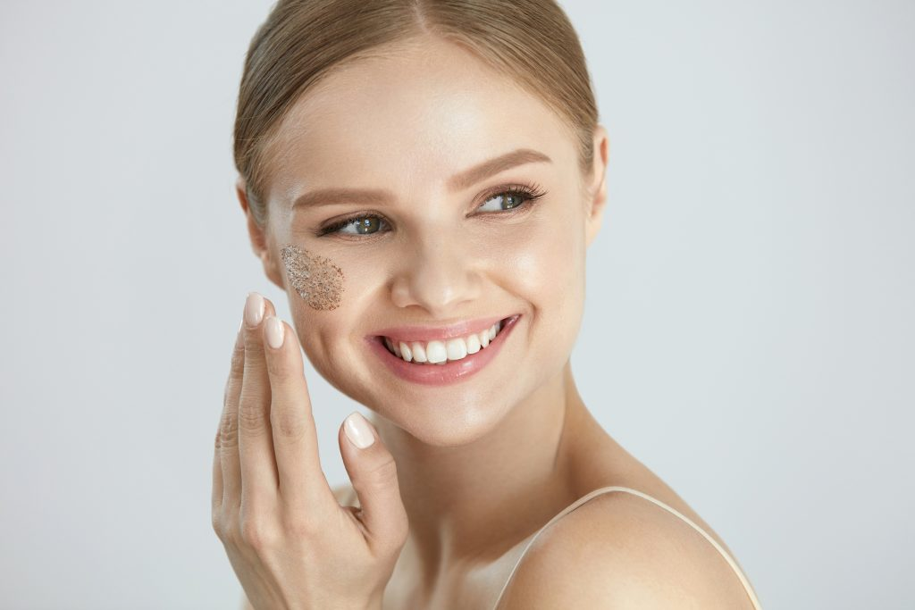 Mujer exfoliando su cara