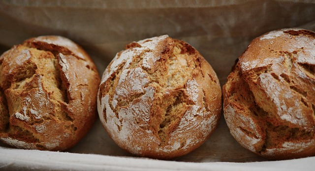 Pan de centeno en en cesta
