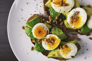 Tostadas de aguacate con huevo duro, uno de los alimentos que puedes comer antes de entrenar