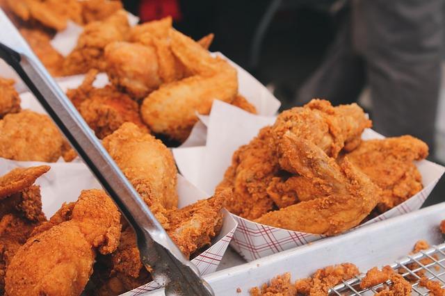 Bandejas con pollo frito