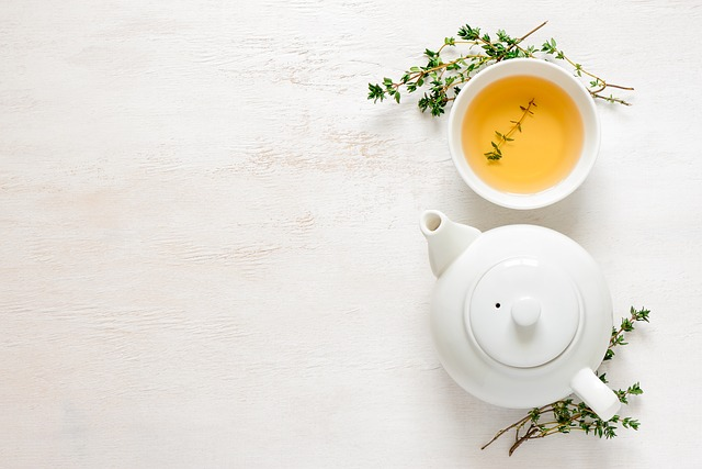 Té verde en jarra y taza blanca