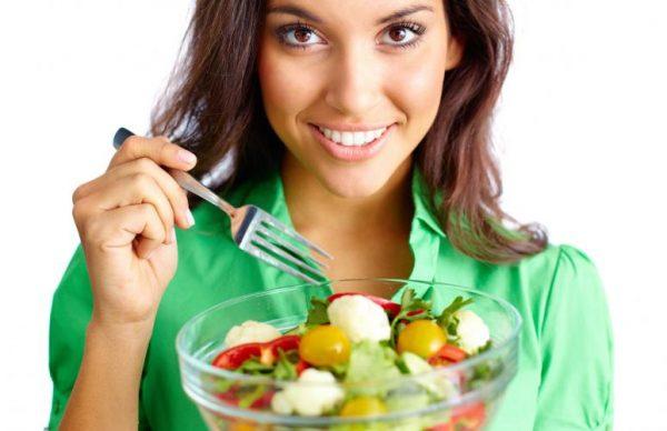 Mujer comiendo una ensalada saludable, de la revista nutrición