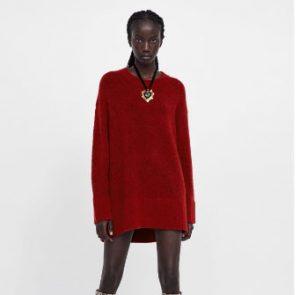 Mujer negra que lleva un jersey con los colores de otoño