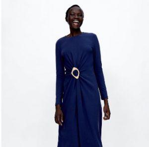 Mujer negra llevando un vestido con los colores de otoño