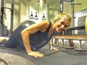 Magali Dalix, influencer y entrenadora personal, realizando ejercicio, en un centro de entrenamiento,sobre una esterilla