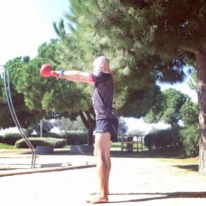 Eduardo Grimal, entrenador personal e influencer, realiza ejercicio físico con ropa deportiva en el parque