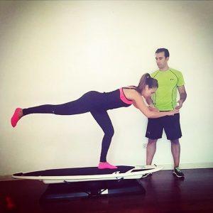 Juanjo, influencer y entrenador personal, supervisando los ejercicios que realiza una cliente suya