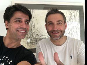Juan Rallo, entrenador personal e influencer, aparece posando sonriente con un cliente.