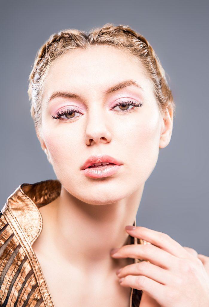Modelo con maquillaje suave