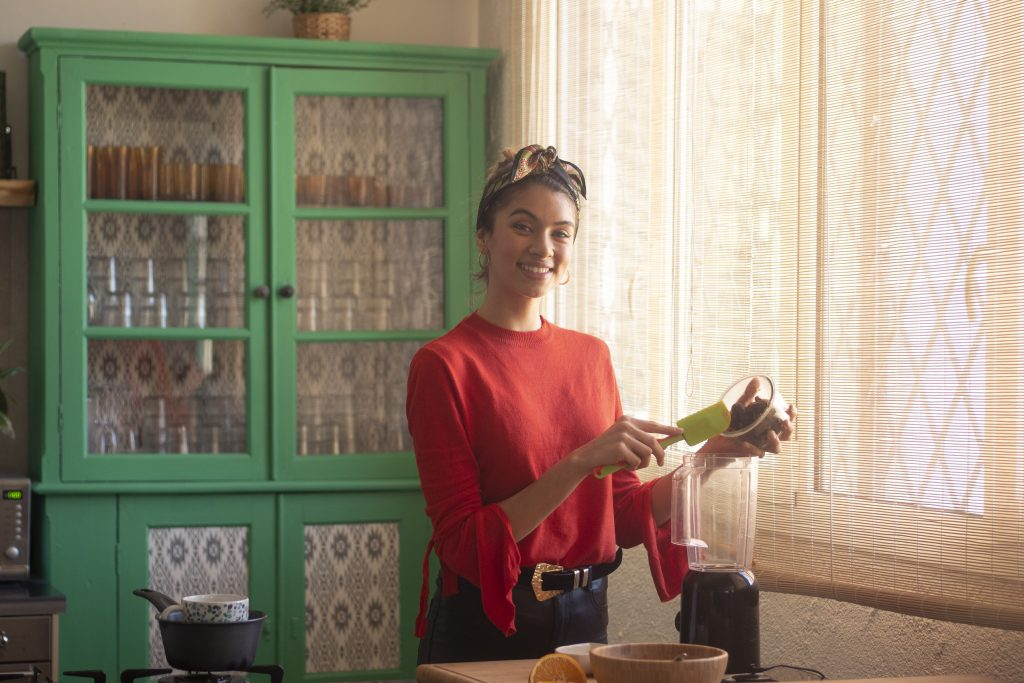 Mujer sonriendo y preparando dulce navideño, una receta saludable