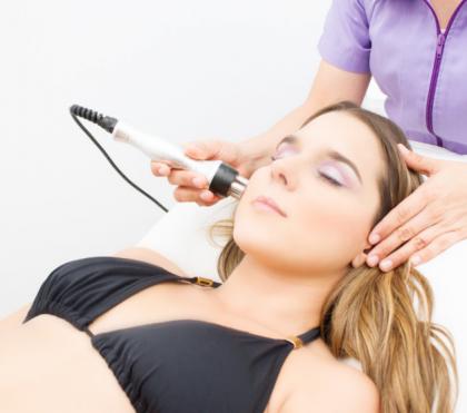 La radiofrecuencia es un tratamiento facial y corporal, no invasivo e indoloro, utilizado en medicina estética, conocida también como lifting sin cirugía.