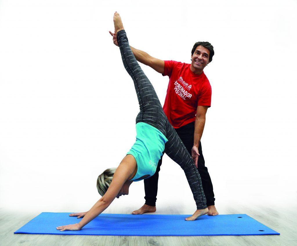 Gabriel Teves, wellness coach, aparece realizando ejercicio físico con una clienta