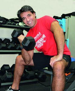 Gabriel Teves, wellness coach, levantando pesas