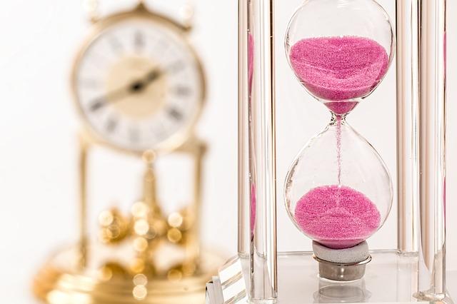 Reloj de arena que representa el tiempo que dedicamos a evaluar los errores que cometimos en el pasado