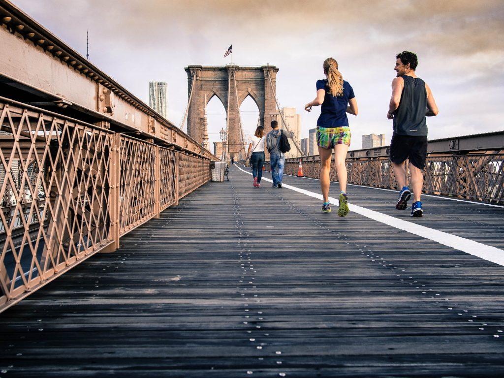 Pareja que hace ejercicio para mejorar la salud y calidad de vida