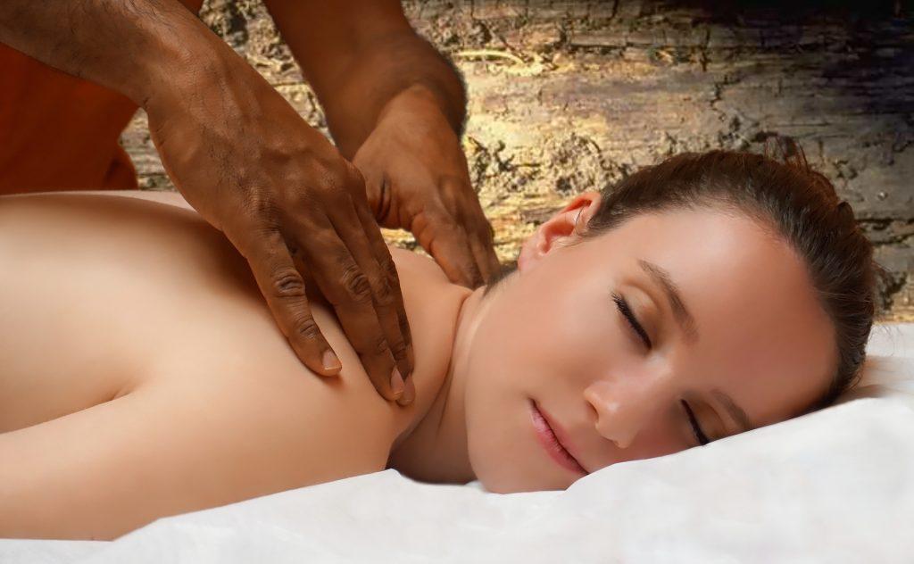 Mujer joven recibiendo un masaje ayurvédico
