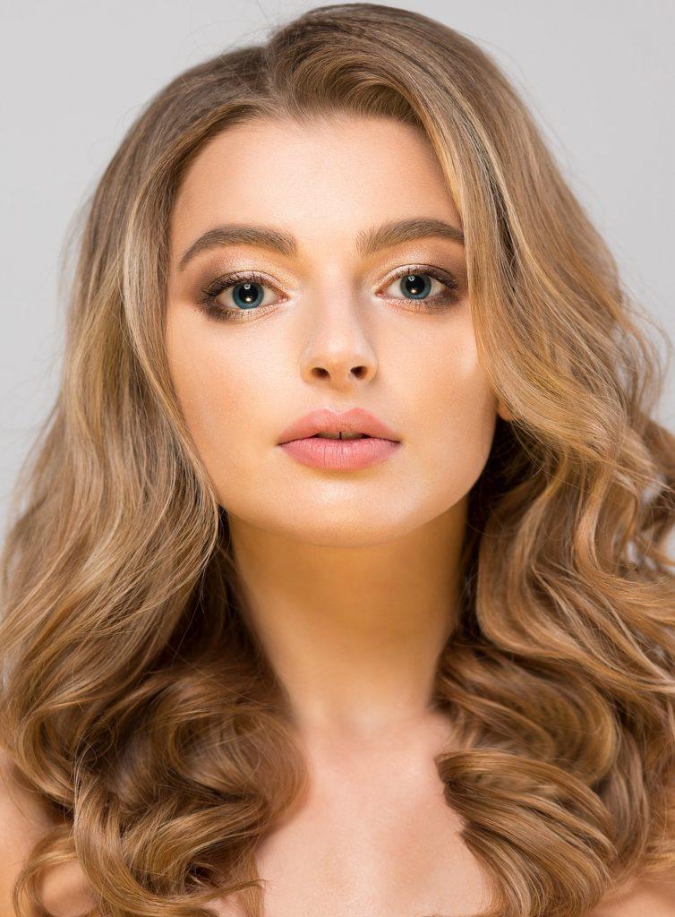 Mujer guapa con base de maquillaje
