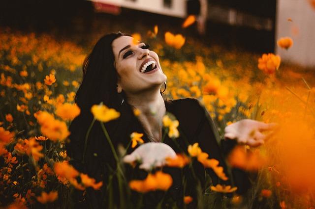 Conocerse a uno mismo, mujer sonriendo de felicidad