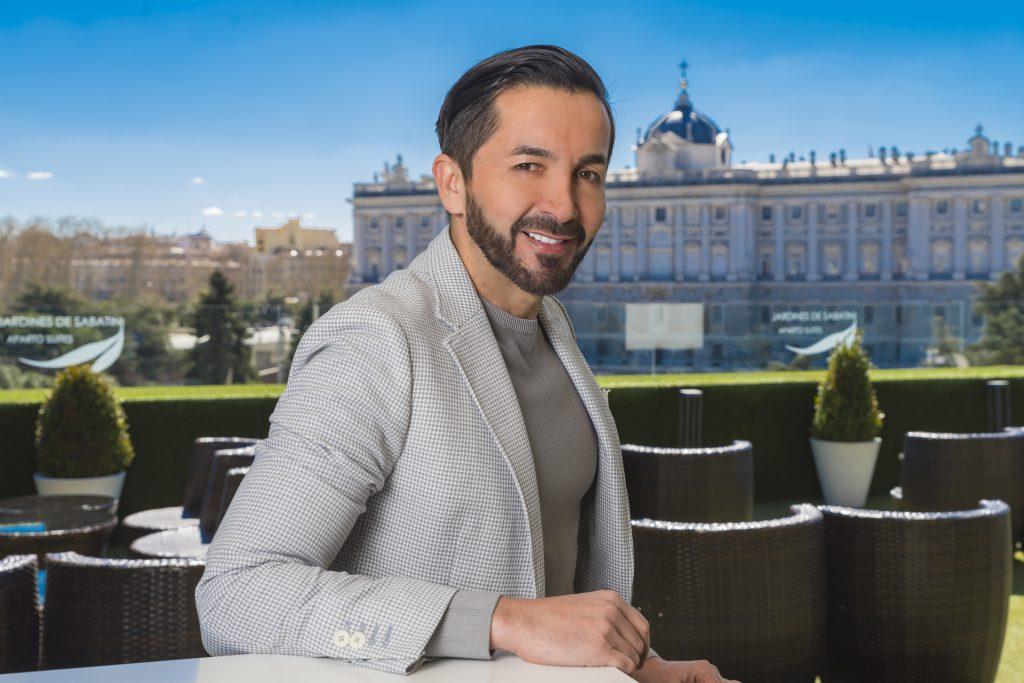 """Franz Serrano sonriendo frente a las vistas del Palacio Real de Madrid y autor del blog """"Camino a los 50"""""""