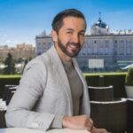 Franz Serrano sonriendo frente a las vistas del Palacio Real de Madrid
