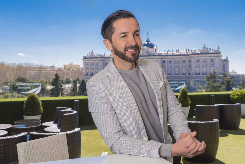 Franz Serrano frente a las vistas del Palacio Real de Madrid