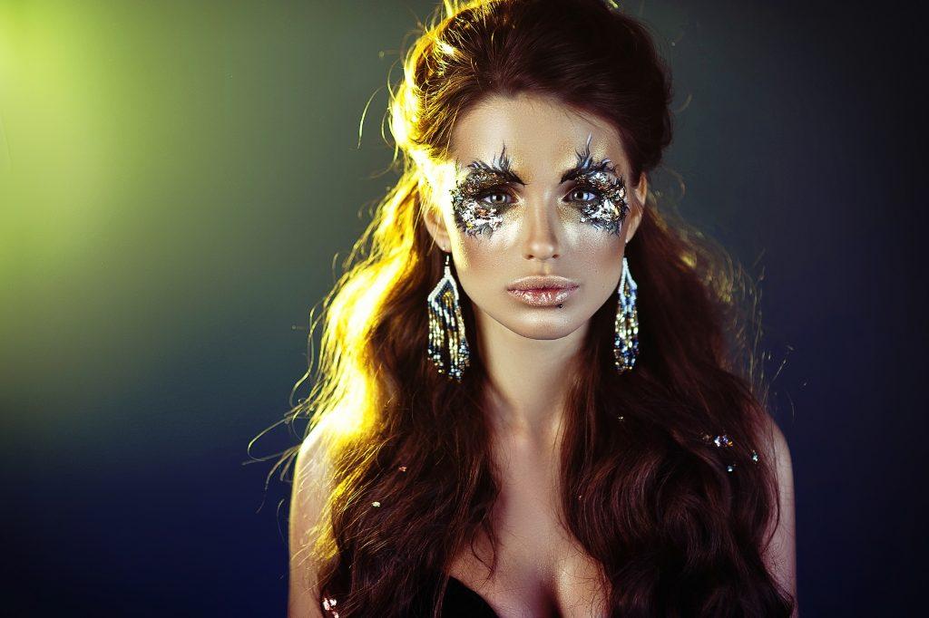 Mujer con maquillaje de ojos radiantes