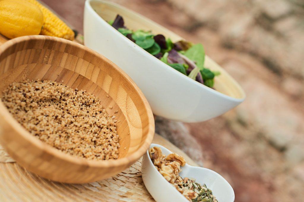 Ensalada, frutos secos, cúrcuma o quinoa son algunos de los ingredientes de esta deliciosa ensalada saludable