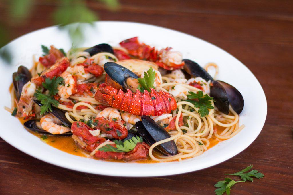 Plato con espaguetis con marisco