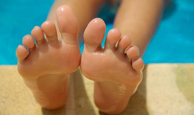 Luciendo unos pies guapos en la piscina