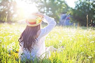 Mujer disfrutan del sol en el campo