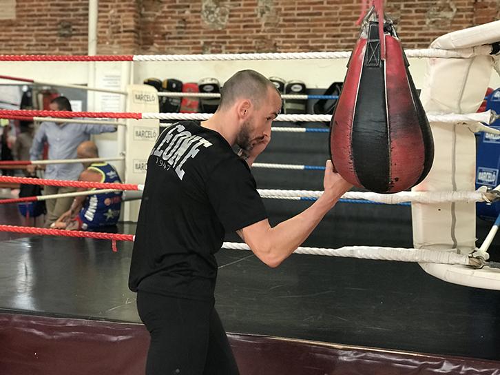 Quique Guijarro con su entrenamiento de boxeo, dando golpes a la bolsa