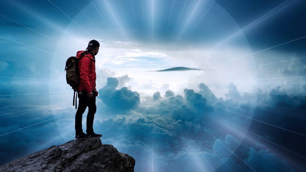 Hombre haciendo ejercicio y montañismo en un día nublado. Practicar ejercicio y poder hacerlo en un precioso paisaje, es sin duda una riqueza de la vida.