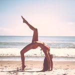 mujer fitness en la playa