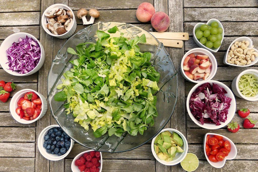 Ensalada con alimentos saludables son imprescindibles para llevar una buena alimentación