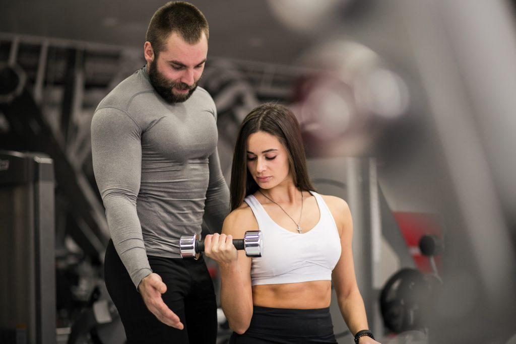 Mujer en el gimnasio con su Wellness Coach