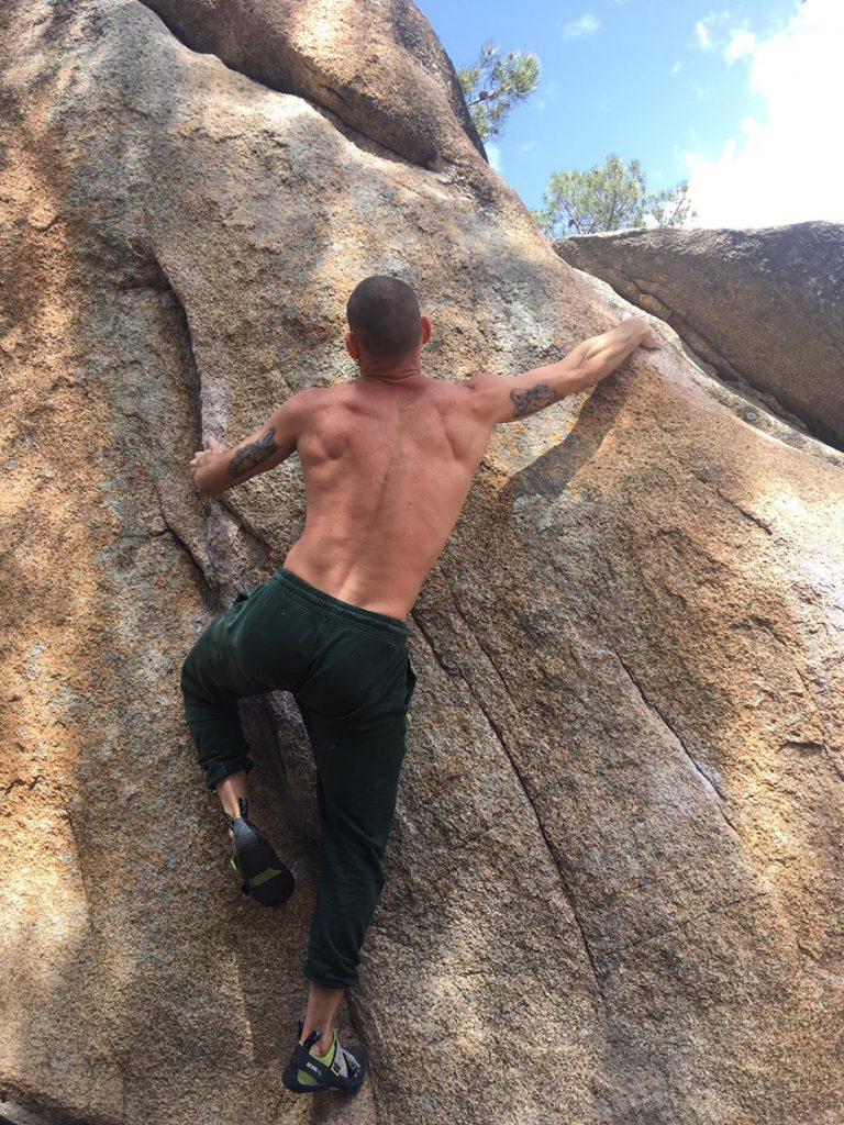 Quique Guijarro, practicando un deporte que será olímpico, la escalada