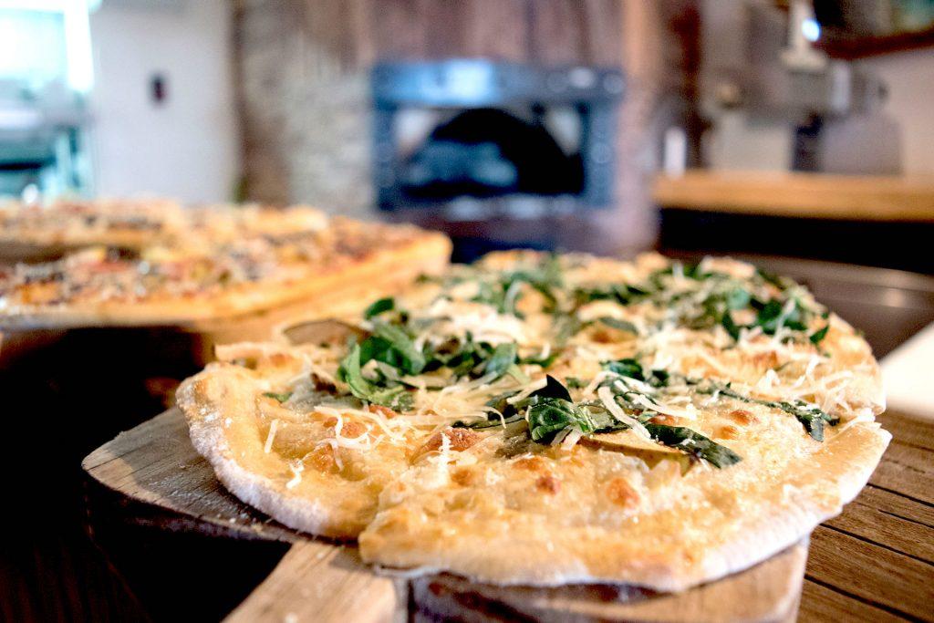 Sabores europeos como la pizza de higo fresco con queso de cabra y mozarrela