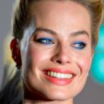 Margot Robbie en los BAFTA luciendo unas pestañas de color azul
