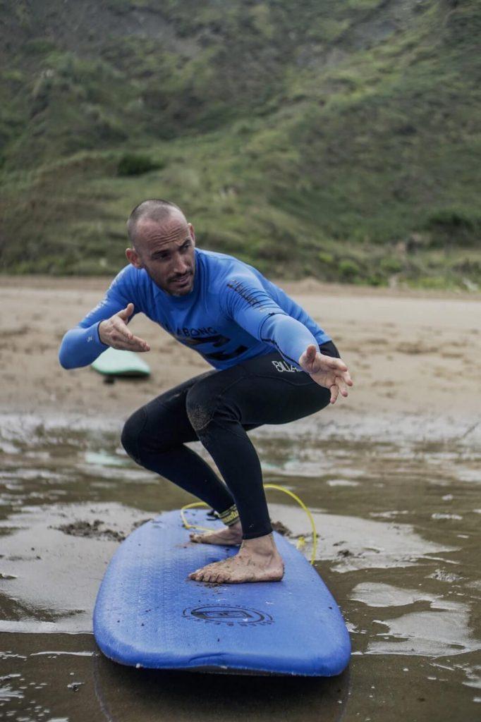 Quique Guijarro nos cuenta a qué edad se puede practicar el surf y quien puede surfear. Además nos dice que le encanta hacer surf en Gran Canaria.