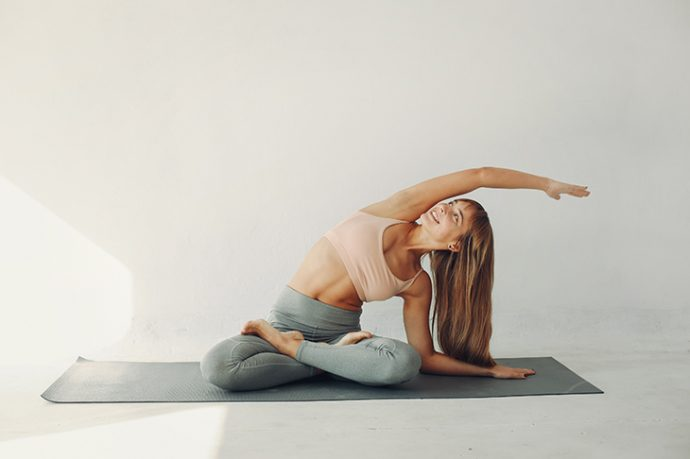 mujer practicando el yoga