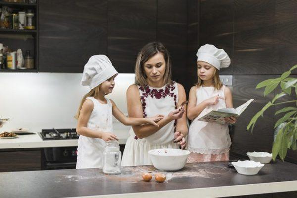 madre he hijas preparando meriendas para niños fáciles y nutritivas