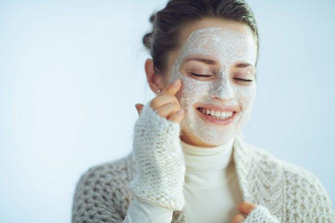 Mujer con mascarilla de avena en el rostro