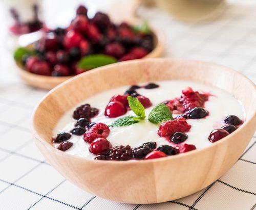Meriendas saludables de yogurt y frutos rojos