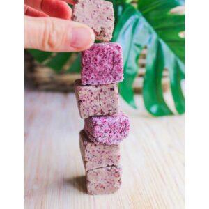 Cosmética sólida: torre de pequeñas muestras de jabones naturales
