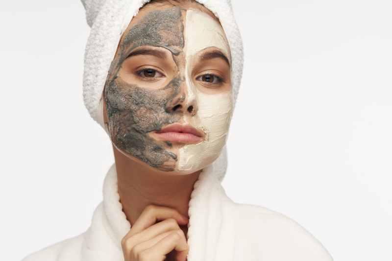 mujer con mascarilla para evitar puntos negros