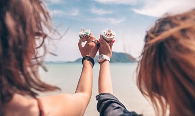 Amigas disfrutando de un muffin con adicción al azúcar